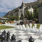 Aussenansicht mit Schachfeld und Gartenpark