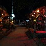 La aldea de noche, del lado derecho Oasis