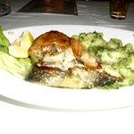 saumon avec une excellente garniture de pommes de terre