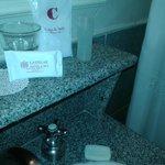 los elementos de higirne del baño, precarios y malos