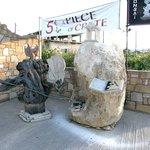 Skulptur vor der Galerie Bonsai and Art - direkt am Parkplatz