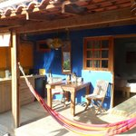 De kamer met daarvoor de veranda en buitenkeuken