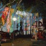 Vista noturna da praça e feira de artesanato