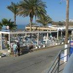 Zicht op Akti Bar Restaurant vanuit Eleni Beach Apts