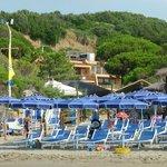 Ombrelloni (solo prenotati) nella spiaggia riservata
