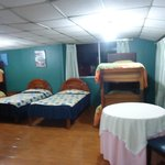 Habitación 401, familiar para 6 personas; dos camas de plaza y media y dos camarotes o literas.