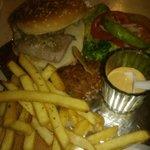 Deliciosas hamburguesas de atun cellado,de camaron y barbacoa de marlyn! :)