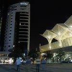 Hotel y estación de noche