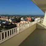 Groot balkon met een mooi uitzicht.