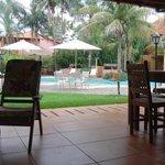 Área externa restaurante com vista para piscina