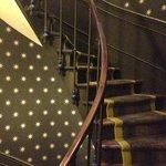 客室へ上がる螺旋階段。壁紙がかわいい。小さいがエレベーターもあるる