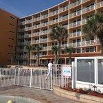 Area de piscina y hotel