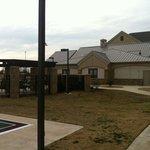 Área externa com quadra e piscina