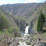 滝と手前のつり橋