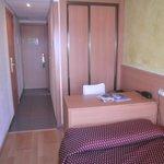 Belle petite chambre propre et pratique avec balcon vue sur la mer et la piscine