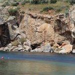 Скалы вокруг озера