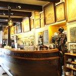 magnifique comptoir en bois et galeries de tableaux !