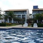 Vista da piscina e quartos