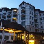 Hotel De'La Ferns frontage
