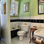 Salle de bain partagée par nos clients / 1 toilette en supplément