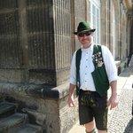 Как только приехали  в центр Дрездена, встретили вот этого веселого туриста в национальном костю