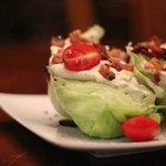 salada wedge , molho gorgonzola bacon e tomate cereja