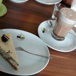 heiße Schoko-Karamell-Milch und Cookies-Cheesecake