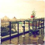 Терраса бара на крыше отеля.