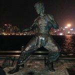 Monumento a Bruce Lee a espaldas del Hotel en la Avenida de las Estrellas