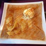 La douce : boule de glace vanille tatin, pommes rissolées, caramel beurre salé