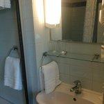 Banheiro, pia e espelho.