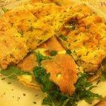 Pizza gourmet al salmone, mozzarella, provola e rucola,