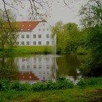 Dejlige omgivelser i parken ved hotellet som ses på billedet.