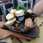 mussels with garlic bread