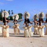 Tiki Village dancers on the beach - les danseuses du Tiki Village sur la plage
