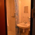 bagno piccolo ma pulito, soffione doccia da sostituire