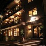 Vista del Hotel de noche, espléndido hotel.