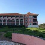 Hotellets flygel mot golfbanan.