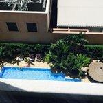 上からみたホテルのプール