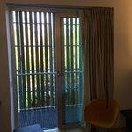 Balkon mit Sichtschutz und Gitterboden