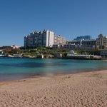 Вид на отель с ближайшего пляжа