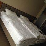 кровати не скреплены, раздвигаются