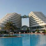 Отель со стороны бассейна