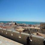 教会の屋根から見える地中海