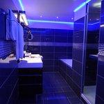 バスルームの証明は青色