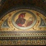 Nella biblioteca, in alto, la formella con Dante
