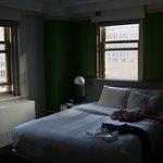 Vista do quarto com duas janelas.