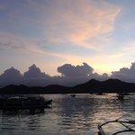 На закате приплывают рыбаки с уловом