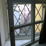 Zimmerfenster zum Hof