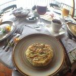 Tortilla española, jugo de mora, jugo de durazno, frutas pan y chocolate.